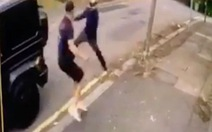 Video hậu vệ Arsenal tay không đánh đuổi 2 tên cướp giải cứu Mesut Özil