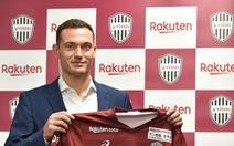 Trung vệ Vermaelen làm đồng đội với Iniesta tại Nhật Bản
