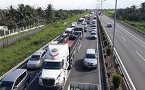 Xe tải lật ngang, cao tốc TP.HCM - Trung Lương ùn tắc kéo dài