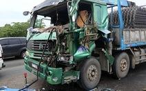 Video: Giải cứu tài xế kẹt trong cabin xe tải