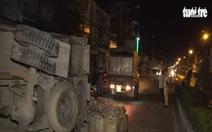 Xe tải đâm gãy cột đèn lật nhào, 600kg cá giống đổ ra đường