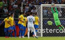 Video Messi 'sững sờ' khi thủ môn Alisson ôm gọn pha đá phạt rất khó của mình