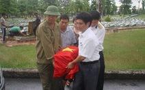 Trở về đất mẹ - Kỳ cuối: Thầy giáo già và những tấm ảnh chụp bia mộ liệt sĩ