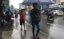 Bão ở miền Bắc, sao TP.HCM mưa như có bão?