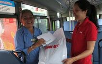 Trao quà cho nữ tiếp viên xe buýt 'đòi' cho khách mượn 1 triệu