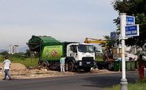 Bãi rác bị chặn, xe rác dọn bãi trên đường đổ rác tạm