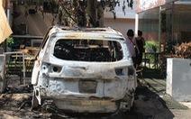 Xe 7 chỗ đậu trong quán cà phê cháy rụi nghi bị ném bom xăng