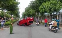 Xe hơi lật ngửa giữa đường, nữ hành khách nhập viện cấp cứu