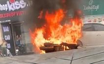 TP.HCM: Xe máy cháy trơ khung giữa ngã tư