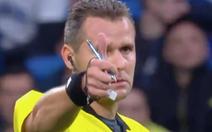 Bị cầu thủ đá bóng trúng người, trọng tài 'làm mặt ngầu' rồi…đưa tay khen ngợi
