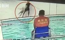 Mạng Weibo giận dữ khi HLV Trung Quốc quăng 'thô bạo' VĐV 6 tuổi xuống hồ bơi
