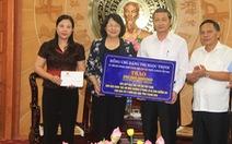 Phó chủ tịch nước Đặng Thị Ngọc Thịnh trao quà cho người dân vùng lũ Thanh Hóa