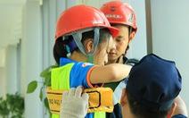 Khi trẻ em đu dây thoát hiểm hỏa hoạn như thật cùng cảnh sát
