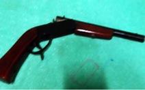 Mang súng tự chế vào ban chỉ huy quân sự xã dọa bắn