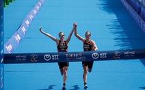 Hai VĐV mất chức vô địch vì... nắm tay nhau chạy về đích