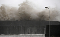 Bão Krosa trút mưa lớn xuống Nhật, 49 người bị thương