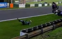 Video 'Kinh hoàng' cảnh tay đua môtô văng khỏi xe vài chục mét
