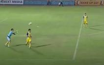 Video thủ môn Tuấn Mạnh ném bóng cho đối phương ghi bàn
