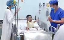 Ông nội hiến gan để cứu cháu trai từng sinh non 3 tháng