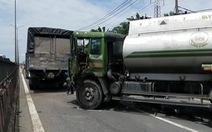 Video: Tài xế kẹt cứng trong cabin vì xe bồn đâm liên hoàn 2 xe tải