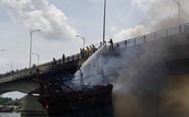 Tạm dừng qua lại cầu Trà Bồng sau vụ cháy tàu câu mực