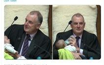 Chủ tịch Hạ viện New Zealand cho trẻ con 'ti sữa' khi chủ trì phiên họp