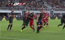 Thúc chỏ vào mặt cầu thủ đội bạn rồi bỏ đi, Rooney lãnh thẻ đỏ