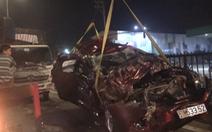 Video: Ôtô bị đâm bẹp dúm, một gia đình mắc kẹt dưới gầm xe tải