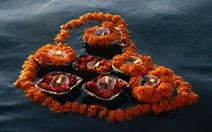 Gom hoa cúng về làm nhang, xà bông thay vì thả trôi sông
