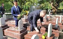 Đại sứ Mỹ thắp hương viếng nghĩa trang liệt sĩ Trường Sơn