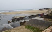 Mưa lớn do bão số 4, nước thải đen ngòm lại tràn ra biển Đà Nẵng