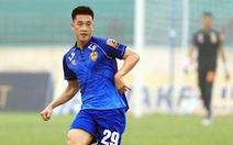 Khoảnh khắc Huy Hùng ghi bàn bằng mũi giày, thủ môn Thanh Hóa 'lăn lộn' bất lực