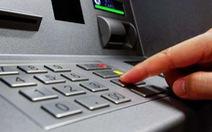 Một người nước ngoài gắn thiết bị lạ vào máy ATM ở quận 2