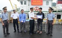 Hai tàu cá Quảng Bình được hải quân đưa vào bờ an toàn