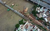 Chuyển tải khách đi tàu SE22 bằng ôtô ra ga Bình Triệu ngày thông cầu đường sắt Bình Lợi