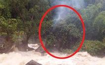 3 giờ giải cứu bốn nam thanh niên mắc kẹt giữa sông do lũ dữ