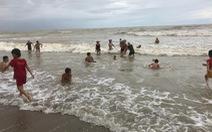 'Trót đi biển ngày mưa gió cũng phải tắm chút'