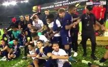 Khoảnh khắc Mbappe đùa giỡn đẩy Neymar khiến CĐV 'hả dạ'
