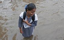 Em bé Ấn Độ khóc trong sợ hãi trên phố mênh mông nước