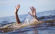 Quần áo để lại trên bờ, ba em nhỏ xuống tắm ao chết đuối