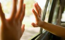 Dạy trẻ cách thoát thân khi bị bỏ quên trên xe
