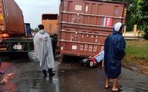 Vì sao thùng container bay trên phố?