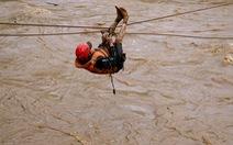 Đu dây giải cứu 41 người bị kẹt trong lũ ở Lâm Đồng