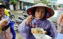 Bạn trẻ Phú Quốc phát cơm nóng cho bà con nghèo ngày mưa bão