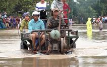 Video: Mưa lớn, nước ngập sâu làm 1 người chết, trên 800 ngôi nhà bị ngập