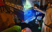 Xe máy đổ dốc cầu vượt Thủ Đức tông đuôi xe tải, 1 người chết