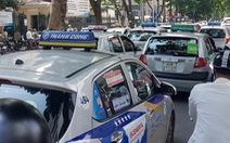 Xe công nghệ kiểu Grab Car không phải gắn hộp đèn trên nóc như taxi