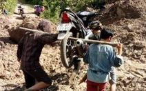 Thầy cô giáo gánh xe máy, lội bùn đến trường chuẩn bị năm học mới