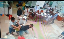 Nhóm thanh niên đâm chém nhập viện, lấy cả kéo bác sĩ... đâm nhau tiếp