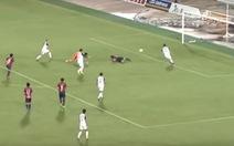 Video cầu thủ té ngã vẫn... ghi 'bàn thắng kỳ lạ nhất trong lịch sử'